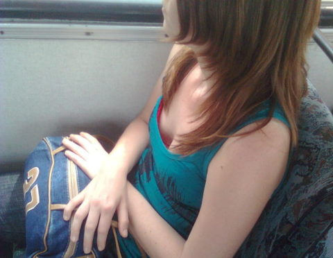 【エロ画像】電車・バスで谷間をガッツリ撮影された女、クッソええ乳wwwww・2枚目