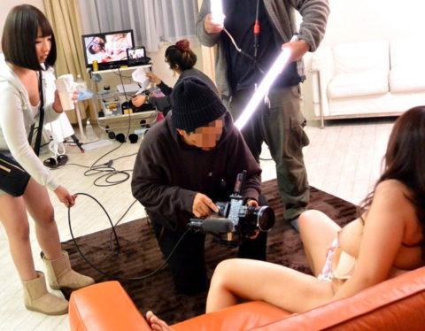 AVの撮影現場、思った以上にカメラマン近すぎて女の興奮ゼロやろwwwww(画像あり)・2枚目