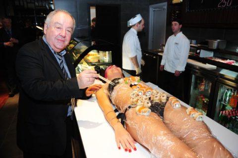 【エロ画像】金持ち変態オヤジが必ずヤル 女体盛り がこちらwwwwww・20枚目
