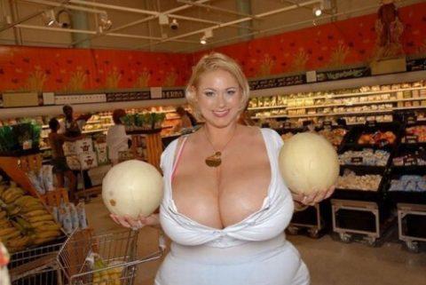 【超乳】もう人間じゃない…デカすぎるおっぱいの海外女さん。。(26枚)・21枚目