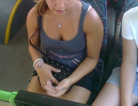 【エロ画像】電車・バスで谷間をガッツリ撮影された女、クッソええ乳wwwww・22枚目