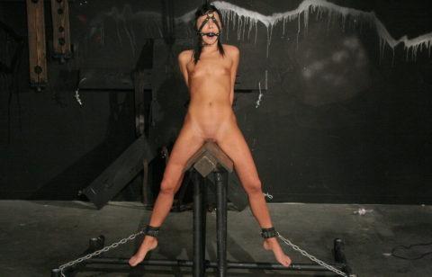 【調教】三角木馬で本気の拷問されてる女さんをご覧ください…これは痛すぎる(画像あり)・23枚目
