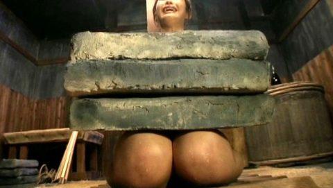 【調教】「石抱き拷問」とかいうプレイ、これ興奮する奴いるの?wwwwww(画像あり)・23枚目