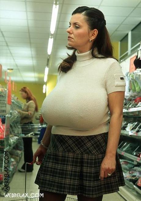 【超乳】もう人間じゃない…デカすぎるおっぱいの海外女さん。。(26枚)・24枚目