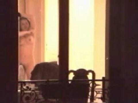 【盗撮エロ】海外の素人女さん、望遠カメラで窓を撮られ晒される。。(52枚)・25枚目