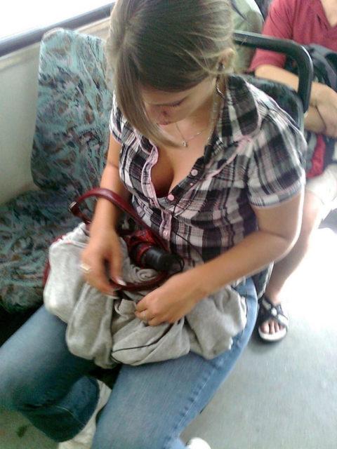 【エロ画像】電車・バスで谷間をガッツリ撮影された女、クッソええ乳wwwww・25枚目