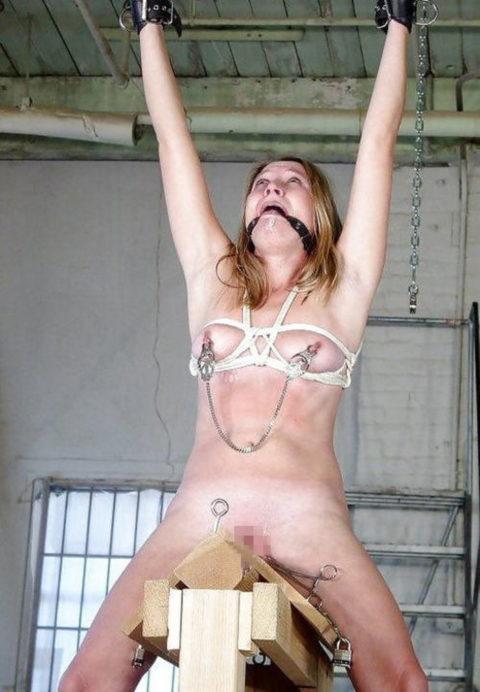【調教】三角木馬で本気の拷問されてる女さんをご覧ください…これは痛すぎる(画像あり)・26枚目
