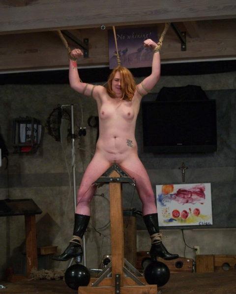 【調教】三角木馬で本気の拷問されてる女さんをご覧ください…これは痛すぎる(画像あり)・27枚目