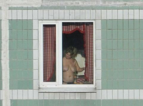 【盗撮エロ】海外の素人女さん、望遠カメラで窓を撮られ晒される。。(52枚)・27枚目