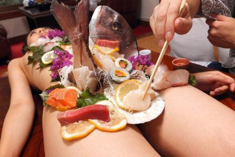 【エロ画像】金持ち変態オヤジが必ずヤル 女体盛り がこちらwwwwww・28枚目
