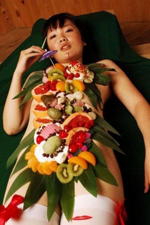 【エロ画像】金持ち変態オヤジが必ずヤル 女体盛り がこちらwwwwww・29枚目