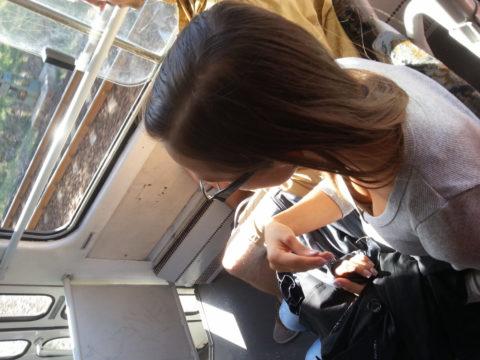 【エロ画像】電車・バスで谷間をガッツリ撮影された女、クッソええ乳wwwww・29枚目