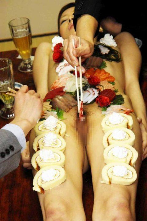 【エロ画像】金持ち変態オヤジが必ずヤル 女体盛り がこちらwwwwww・3枚目