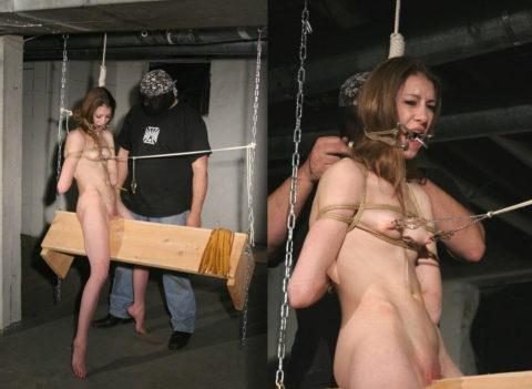 【調教】三角木馬で本気の拷問されてる女さんをご覧ください…これは痛すぎる(画像あり)・3枚目
