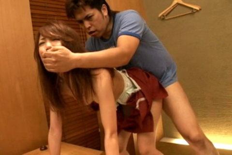 【レイプ】口を封じされ容赦なく犯される女さん、これは酷い・・・(エロ画像)・3枚目