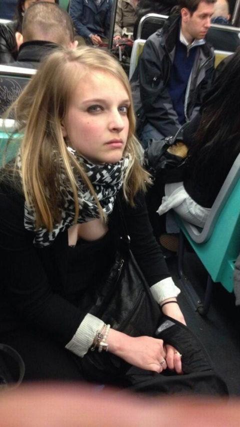 【エロ画像】電車・バスで谷間をガッツリ撮影された女、クッソええ乳wwwww・3枚目