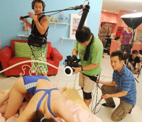 AVの撮影現場、思った以上にカメラマン近すぎて女の興奮ゼロやろwwwww(画像あり)・3枚目