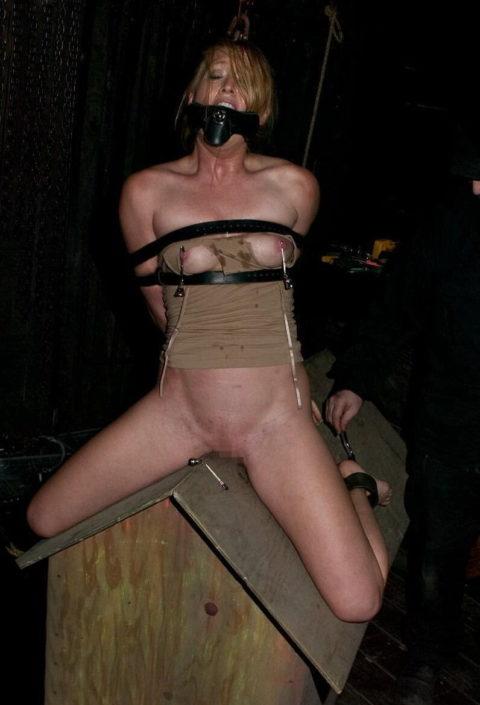 【調教】三角木馬で本気の拷問されてる女さんをご覧ください…これは痛すぎる(画像あり)・30枚目