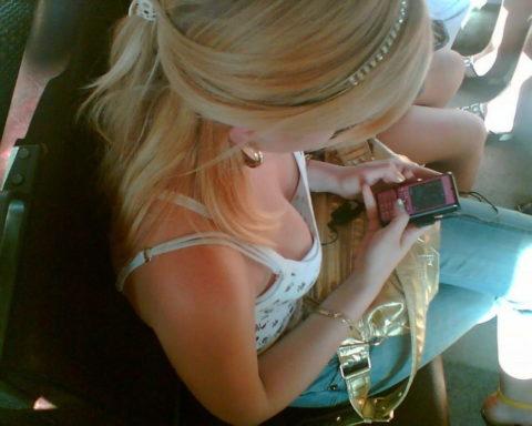 【エロ画像】電車・バスで谷間をガッツリ撮影された女、クッソええ乳wwwww・30枚目