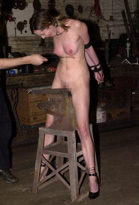 【調教】三角木馬で本気の拷問されてる女さんをご覧ください…これは痛すぎる(画像あり)・32枚目