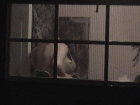 【盗撮エロ】海外の素人女さん、望遠カメラで窓を撮られ晒される。。(52枚)・32枚目