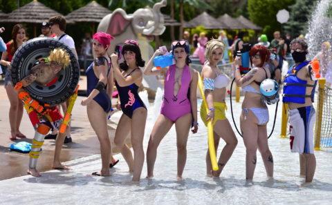 露出度高めのコスプレイヤーが集まる「リゾートプール」がコレ。マジで行きたいわwwwww・33枚目