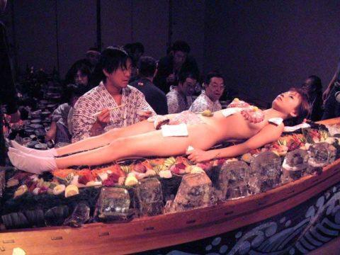 【エロ画像】金持ち変態オヤジが必ずヤル 女体盛り がこちらwwwwww・34枚目