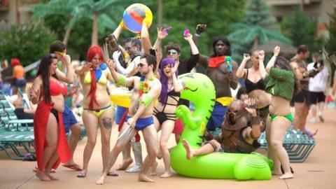 露出度高めのコスプレイヤーが集まる「リゾートプール」がコレ。マジで行きたいわwwwww・34枚目