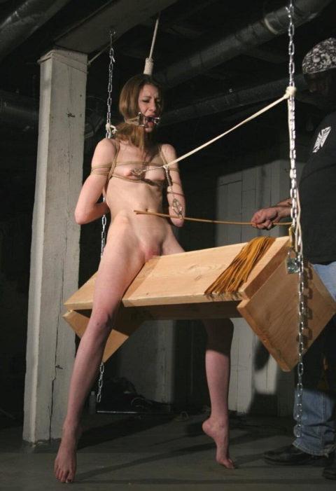 【調教】三角木馬で本気の拷問されてる女さんをご覧ください…これは痛すぎる(画像あり)・35枚目