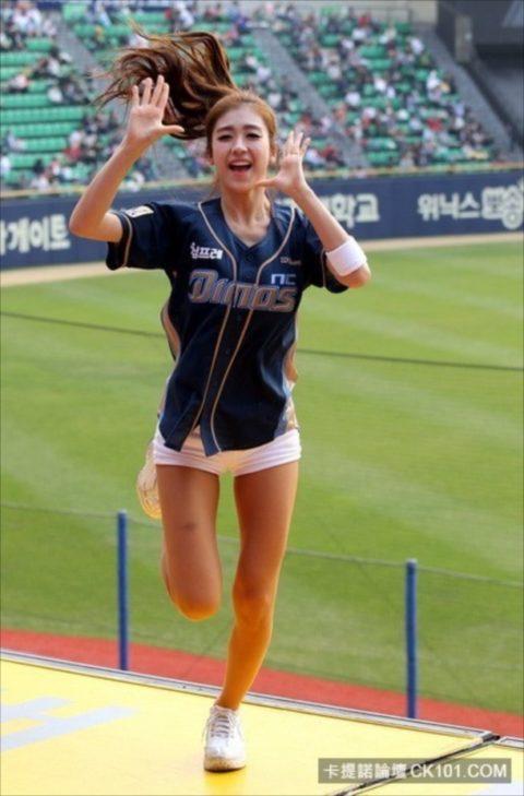 世界を魅了する韓国野球のエロカワチアリーダーが全身100点やったwwwwww(画像あり)・37枚目