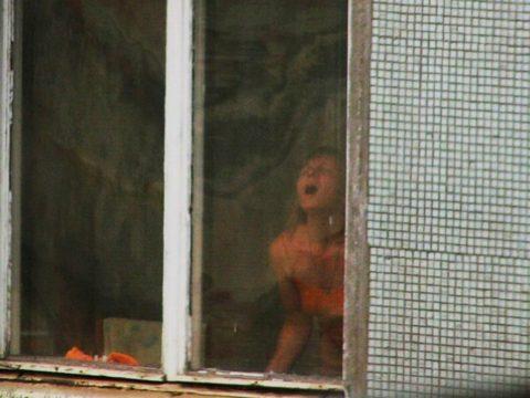 【盗撮エロ】海外の素人女さん、望遠カメラで窓を撮られ晒される。。(52枚)・38枚目