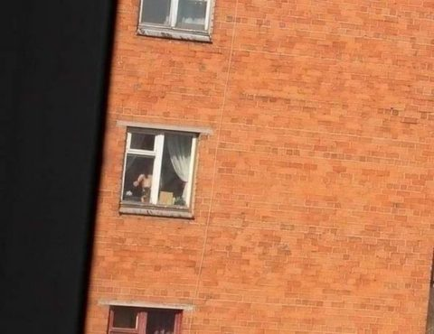 【盗撮エロ】海外の素人女さん、望遠カメラで窓を撮られ晒される。。(52枚)・39枚目