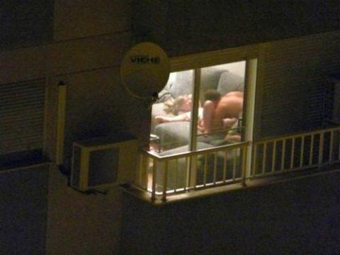 【盗撮エロ】海外の素人女さん、望遠カメラで窓を撮られ晒される。。(52枚)・4枚目