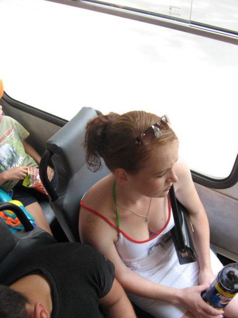 【エロ画像】電車・バスで谷間をガッツリ撮影された女、クッソええ乳wwwww・4枚目