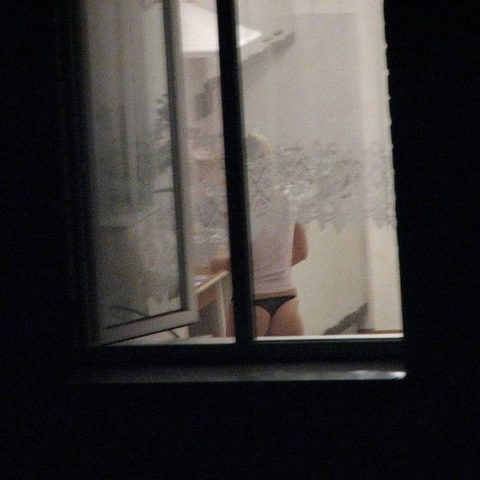 【盗撮エロ】海外の素人女さん、望遠カメラで窓を撮られ晒される。。(52枚)・42枚目
