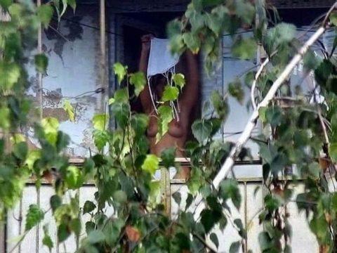 【盗撮エロ】海外の素人女さん、望遠カメラで窓を撮られ晒される。。(52枚)・45枚目