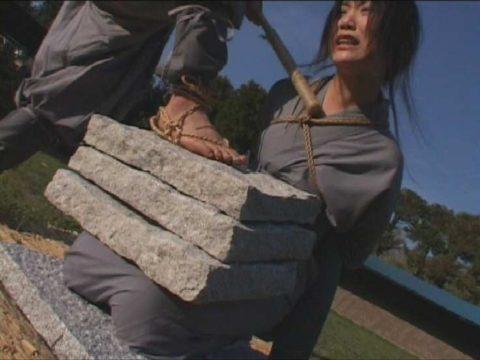 【調教】「石抱き拷問」とかいうプレイ、これ興奮する奴いるの?wwwwww(画像あり)・7枚目