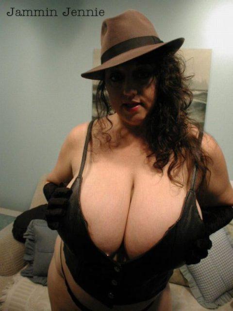 【超乳】もう人間じゃない…デカすぎるおっぱいの海外女さん。。(26枚)・6枚目