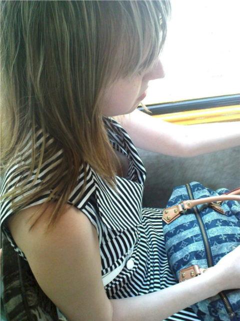 【エロ画像】電車・バスで谷間をガッツリ撮影された女、クッソええ乳wwwww・6枚目