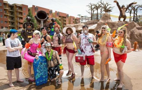 露出度高めのコスプレイヤーが集まる「リゾートプール」がコレ。マジで行きたいわwwwww・7枚目