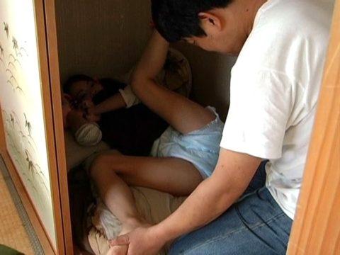 【エロ画像】こっそり感が興奮する「押入れセックス」これでしか抜けない奴いるやろ?wwww・7枚目