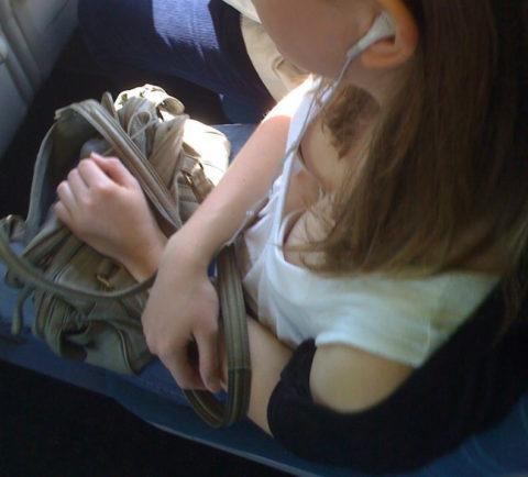 【エロ画像】電車・バスで谷間をガッツリ撮影された女、クッソええ乳wwwww・7枚目