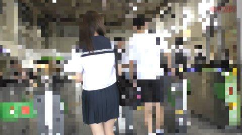 【衝撃】痴漢されたJKさん、まさかの中出しまでされた盗撮映像がコワイ。(動画)・1枚目