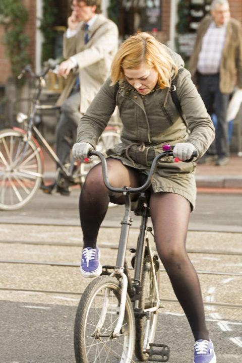 【素人パンチラ】街中で激写されてしまった自転車女子のパンティをご覧くださいwwww・8枚目