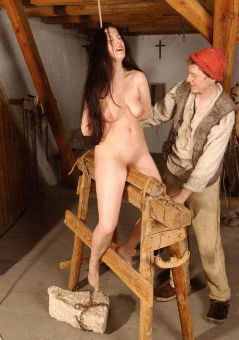 【調教】三角木馬で本気の拷問されてる女さんをご覧ください…これは痛すぎる(画像あり)・8枚目