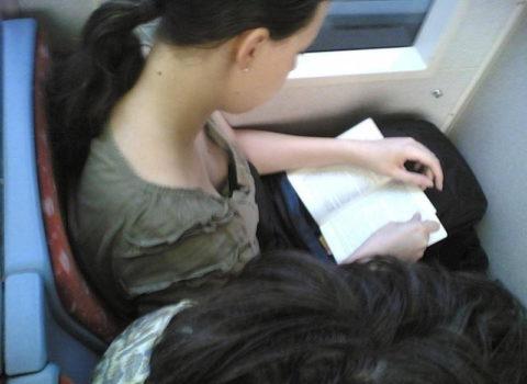 【エロ画像】電車・バスで谷間をガッツリ撮影された女、クッソええ乳wwwww・8枚目
