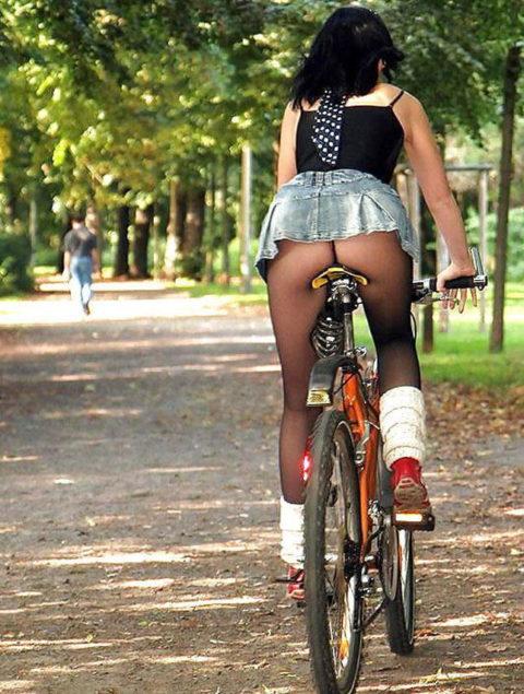 【素人パンチラ】街中で激写されてしまった自転車女子のパンティをご覧くださいwwww・9枚目