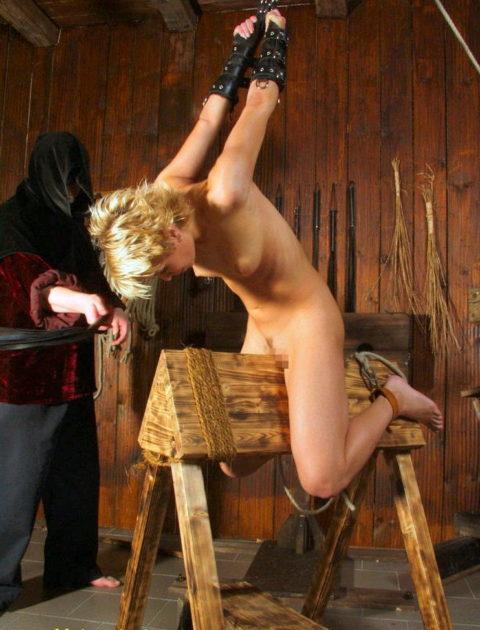【調教】三角木馬で本気の拷問されてる女さんをご覧ください…これは痛すぎる(画像あり)・9枚目