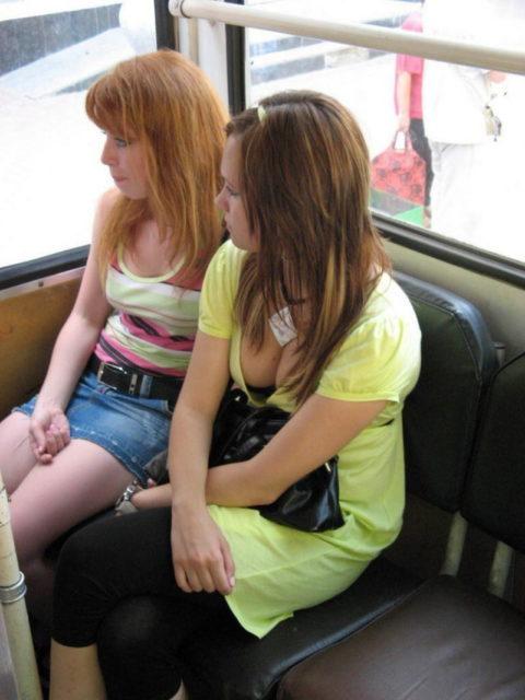 【エロ画像】電車・バスで谷間をガッツリ撮影された女、クッソええ乳wwwww・9枚目