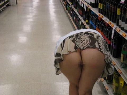 人妻のパンチラが最も拝める場所ってスーパーだよな?(盗撮28枚)・1枚目